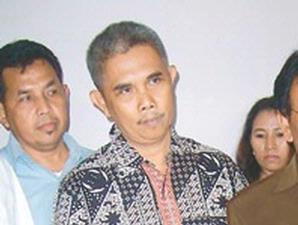 Ahmad Zaini Suparta (tengah) Mengaku memiliki belasan Ribu Triliun Rupiah diluar negeri